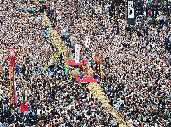 Sinh viên quốc tế cũng sẽ có cơ hội trải nghiệm lễ hội kéo co lớn nhất Naha, khi du học ở Okinawa