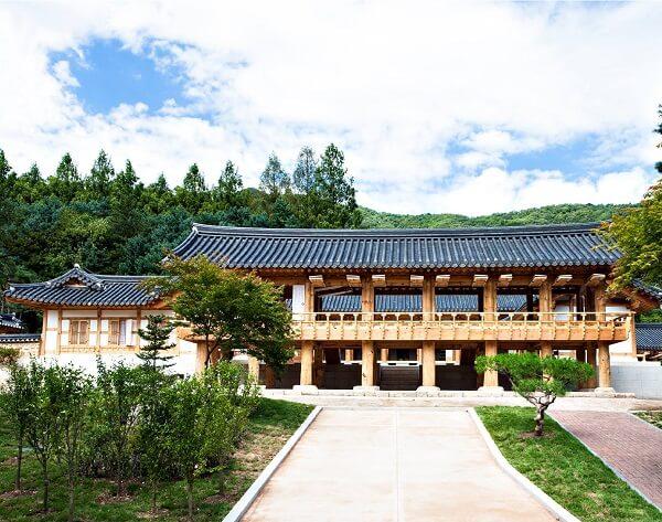 Khuôn viên The Graduate School of Korean Studies xanh mát vào mùa hạ