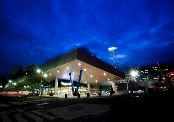 Induk University lung linh khi màn đêm buông xuống