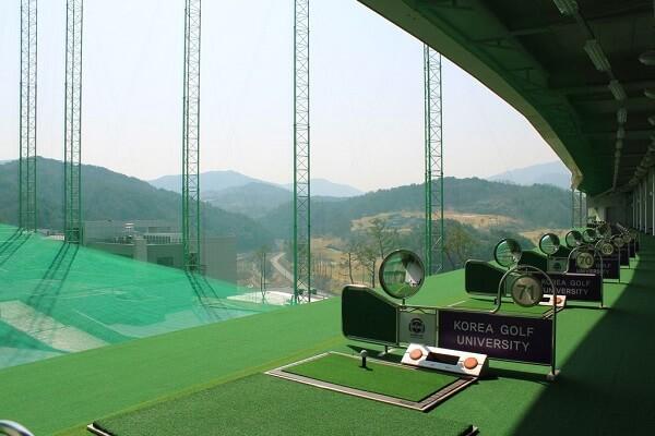 Một lớp học golf cơ bản trong trường