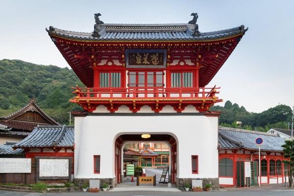 Khu cổng chào Sakura-mon tại suối nước nóng Takeo