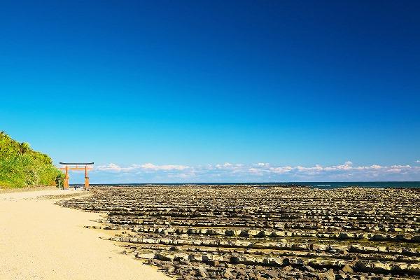 Đảo Aoshima được bao quanh bởi lớp đá bậc thang bị nước biển ăn mòn