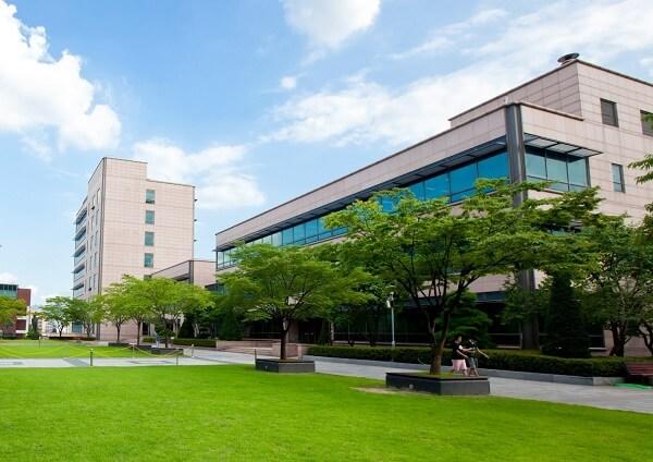 Khuôn viên DongYang Mirae University xanh mát vào mùa hạ