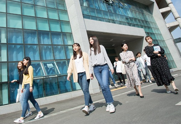 Sinh viên vừa tan học tại Seoul Hanyoung University