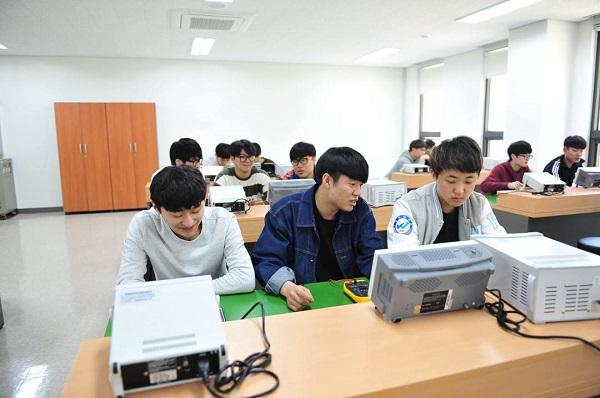Sinh viên khoa điện tử thực hành tại Woosuk University