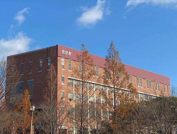 Bầu trời cuối thu trong xanh tại Sunlin University