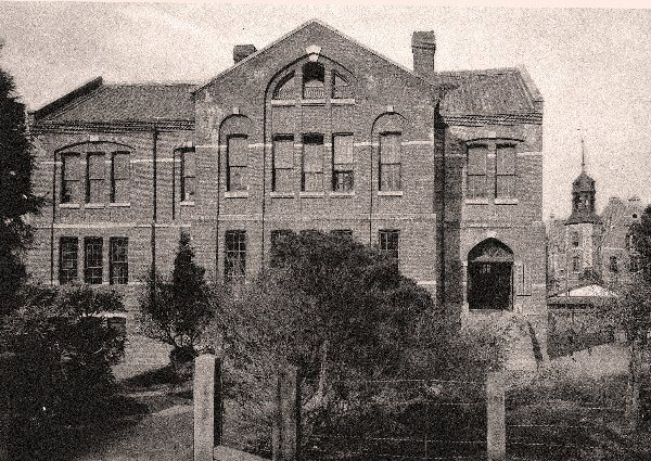 Tiền thân của trường là một ngôi trường Anh ngữ