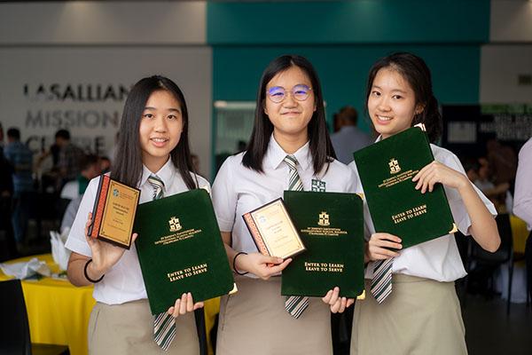 Để được nhận học bổng SJI, các bạn cần vượt qua các bài thi và buổi phỏng vấn của trường
