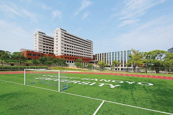 Khuôn viên sân trường rộng lớn tại Kyushu Sangyo University