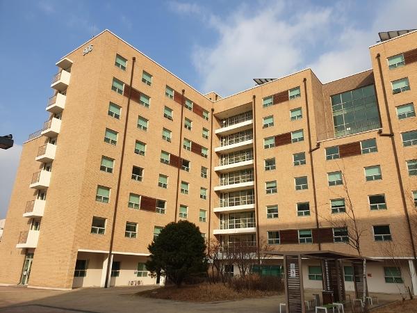 Lựa chọn sinh hoạt tại ký túc xá đại học Quốc gia Seoul sẽ giúp sinh viên quốc tế có thể du học Hàn giá rẻ