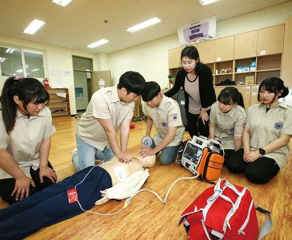 Một lớp học Cấp cứu khẩn cấp trong trường