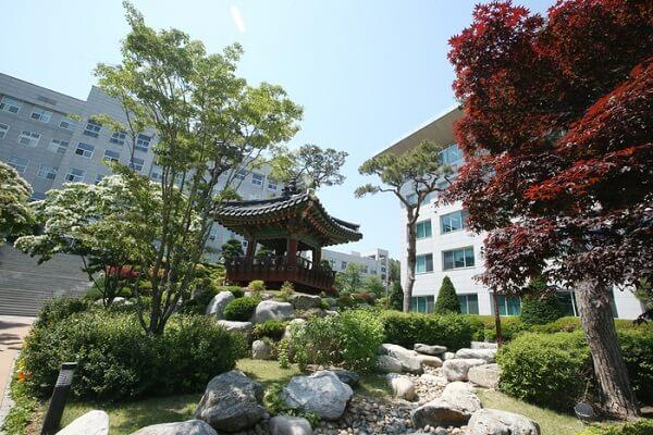 Khuôn viên trường Seojeong đẹp nên thơ vào mùa hạ
