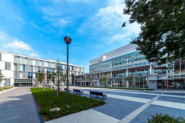 Khuôn viên hiện đại tại Tokyo Keizai University