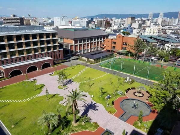 Khuôn viên rộng lớn tại Higashi Osaka University
