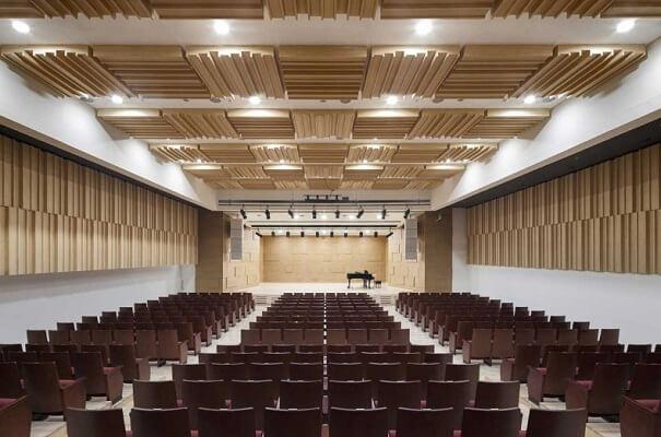 Hội trường hiện đại của trường tại cơ sở Sadang
