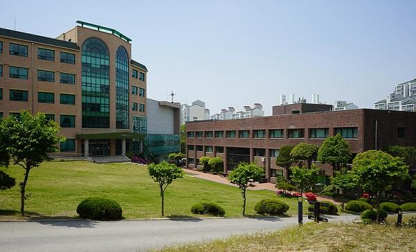 Khuôn viên xanh tươi tại trường.