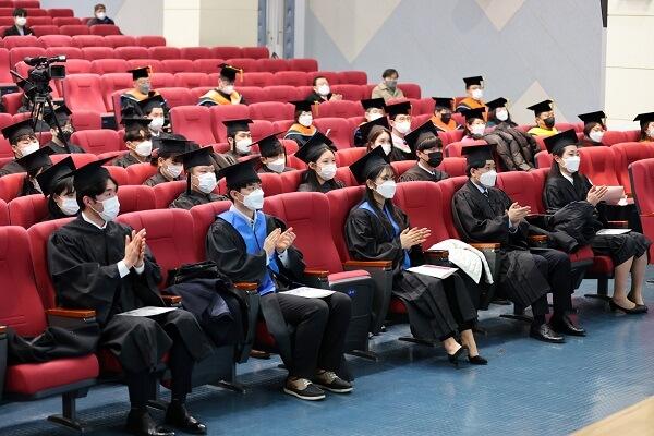 Hình ảnh sinh viên Kyungnam College of Information & Technology trong buổi lễ tốt nghiệp năm 2021