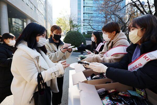 Hội Sinh Viên phân phát túi sưởi ấm và thức uống cho sinh viên trong mùa COVID