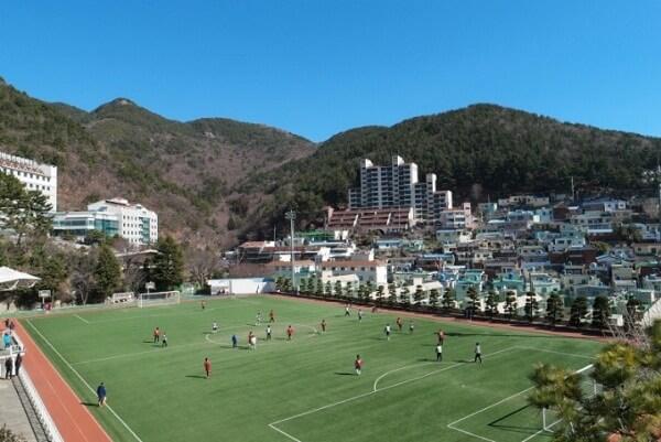 Sân vận động tại Ký Túc Xá Dongju - Nơi tổ chức nhiều cuộc thi đấu thể thao hấp dẫn.