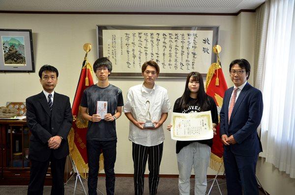 Sinh viên đại học Oita nhận bằng khen thưởng