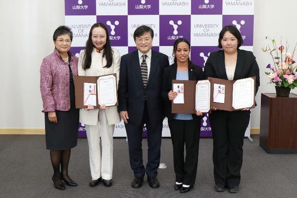 Sinh viên trường nhận thưởng