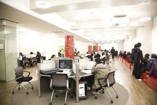 Thư viện trường tích hợp nhiều tiện ích phục vụ cho việc học tập và giải trí của sinh viên
