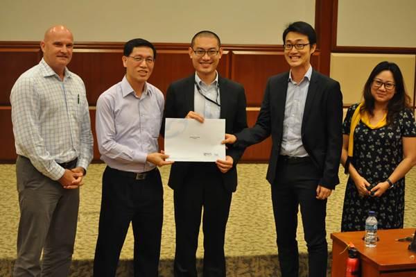 Sinh viên nhận học bổng của Học viện Khoa học Hệ thống