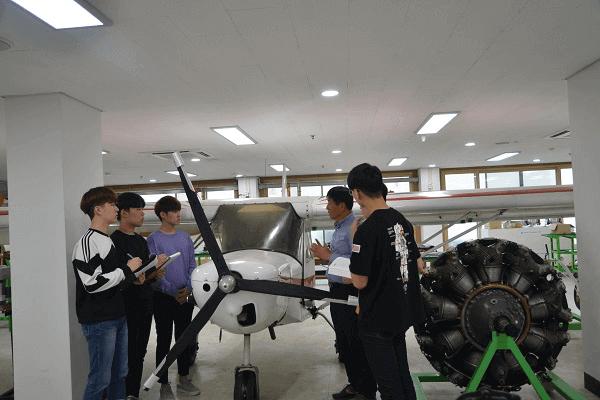 Sinh viên tham gia lớp kỹ thuật hàng không tại University of Gyeongnam Geochang