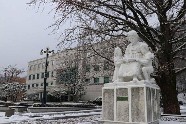 Khung cảnh trường nên thơ vào mùa đông