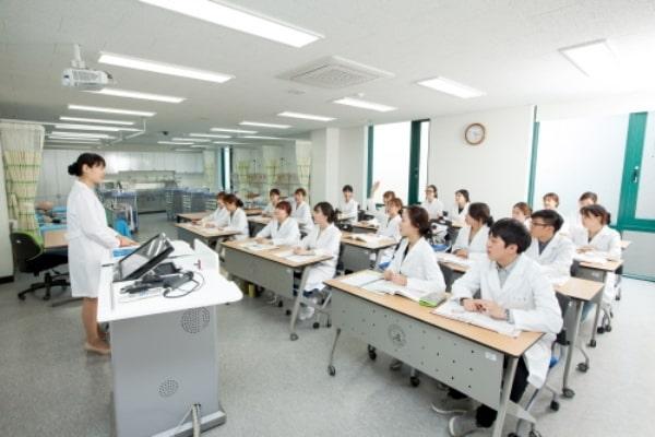 Lớp học điều dưỡng tại trường