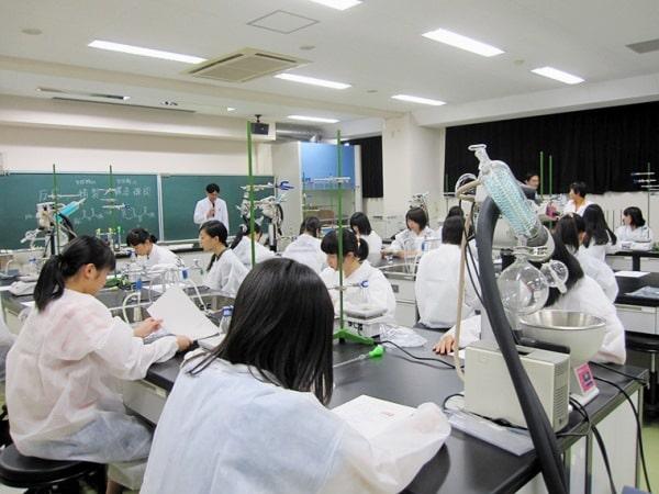 Một giờ học của sinh viên ngành Dược