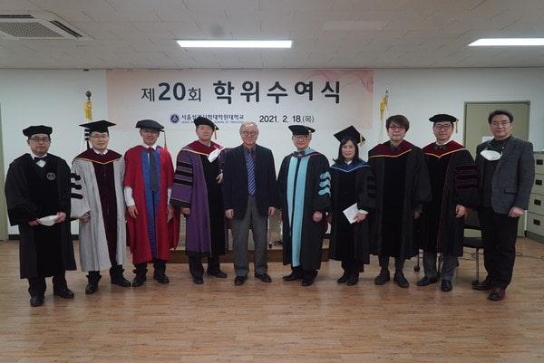 Sinh viên tham dự lễ tốt nghiệp
