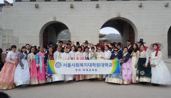 Sinh viên cao học Phúc lợi Xã hội Seoul tham gia ngoại khóa tại Gyeongbokgung