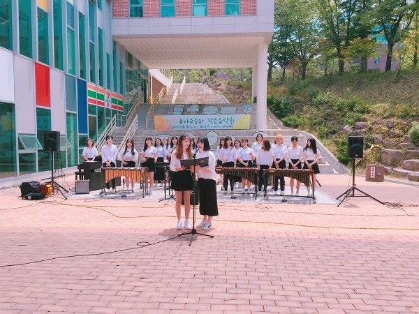 Sinh viên trường giao lưu âm nhạc