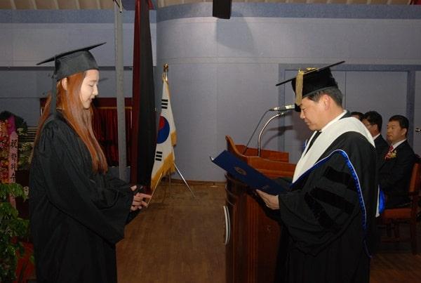 Sinh viên cao đẳng Koguryeo nhận bằng tốt nghiệp
