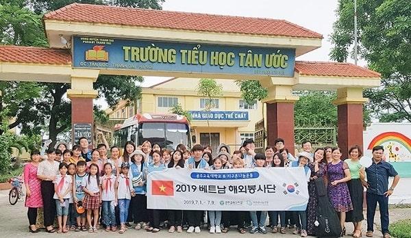 Sinh viên trường tham gia hoạt động tình nguyện tại Việt Nam