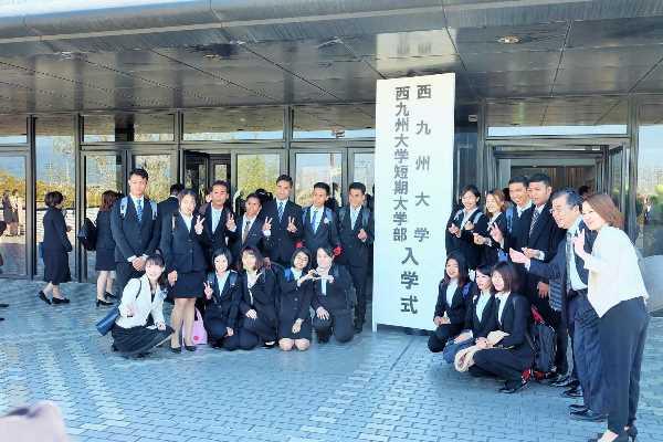 Sinh viên đại học Nishikyushu tham gia lễ nhập học