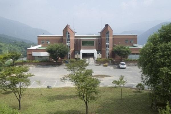 Tòa nhà chính của trường
