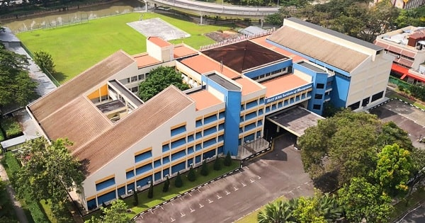 Cơ sở chính tọa lạc trong khuôn viên của EASB