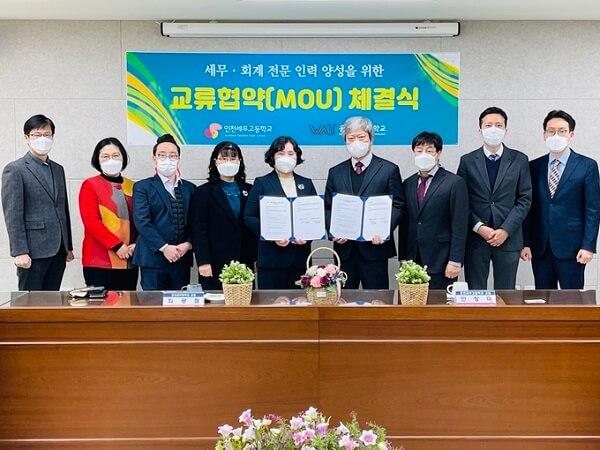 Lễ ký biên bản với trường Trung học Thuế Incheon