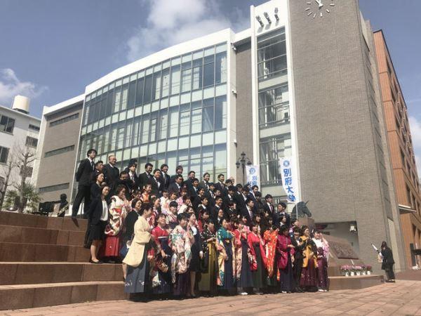 Sinh viên đại học Beppu tham gia lễ tốt nghiệp