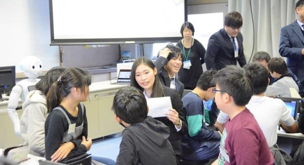 Sinh viên đại học Otemon Gakuin hoạt động ngoại khóa tại trường trung học