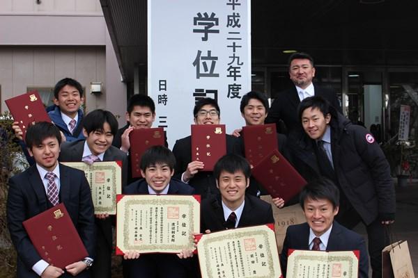 Sinh viên đại học Aomori tham dự lễ tốt nghiệp