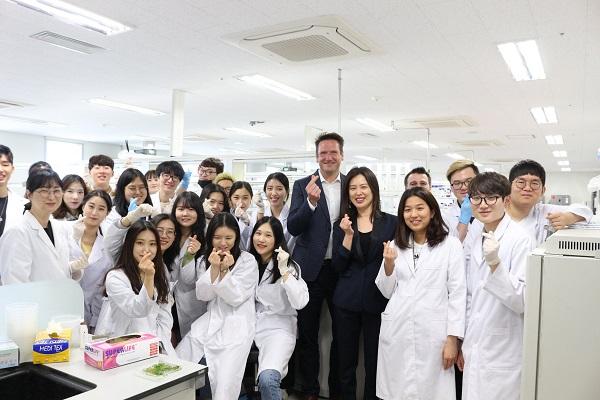 Sinh viên học tập tại phòng thí nghiệm tại Ghent University Global Campus